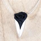 Collier en argent garni d'une rose noire